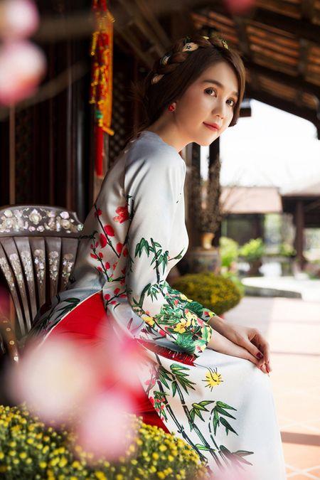 My nhan Viet e ap voi ao dai hoa tiet ngap tran sac Xuan - Anh 12