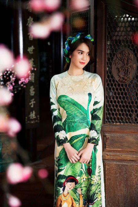 My nhan Viet e ap voi ao dai hoa tiet ngap tran sac Xuan - Anh 13