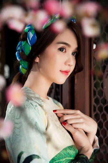 My nhan Viet e ap voi ao dai hoa tiet ngap tran sac Xuan - Anh 14