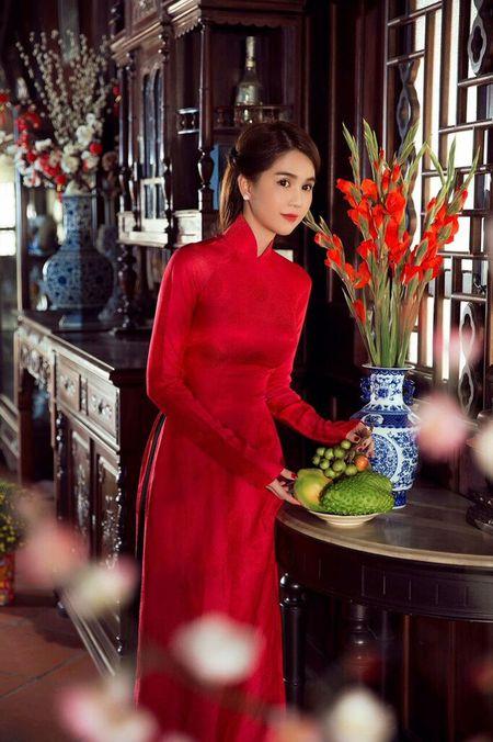My nhan Viet e ap voi ao dai hoa tiet ngap tran sac Xuan - Anh 16