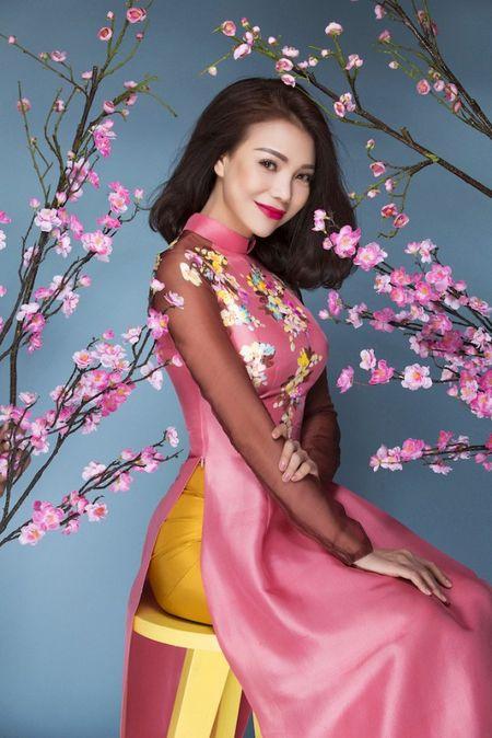My nhan Viet e ap voi ao dai hoa tiet ngap tran sac Xuan - Anh 19