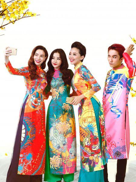 My nhan Viet e ap voi ao dai hoa tiet ngap tran sac Xuan - Anh 21
