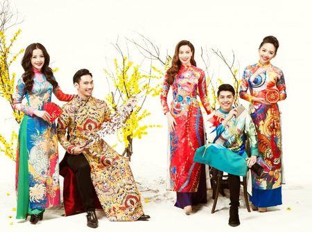 My nhan Viet e ap voi ao dai hoa tiet ngap tran sac Xuan - Anh 22
