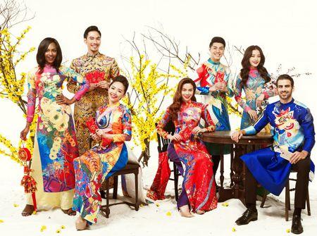 My nhan Viet e ap voi ao dai hoa tiet ngap tran sac Xuan - Anh 23