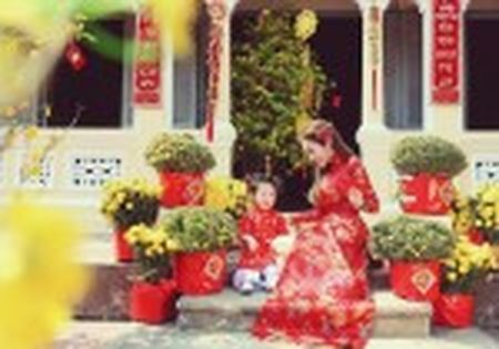 My nhan Viet e ap voi ao dai hoa tiet ngap tran sac Xuan - Anh 25