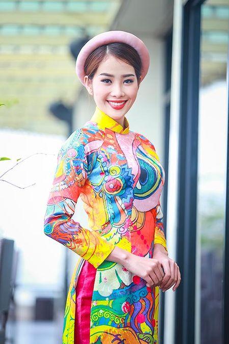 My nhan Viet e ap voi ao dai hoa tiet ngap tran sac Xuan - Anh 2