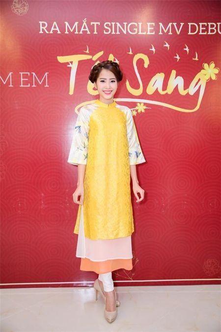 My nhan Viet e ap voi ao dai hoa tiet ngap tran sac Xuan - Anh 3