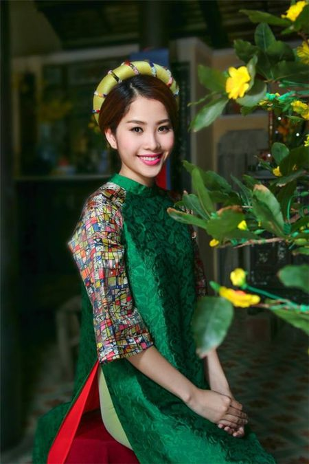 My nhan Viet e ap voi ao dai hoa tiet ngap tran sac Xuan - Anh 4