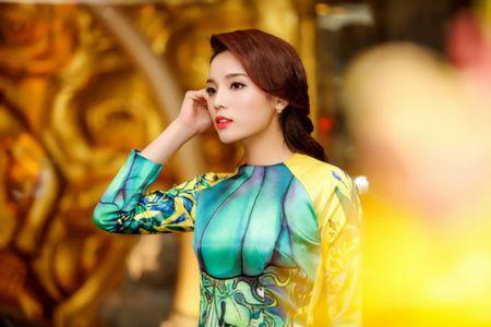 My nhan Viet e ap voi ao dai hoa tiet ngap tran sac Xuan - Anh 7