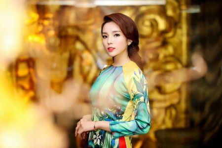 My nhan Viet e ap voi ao dai hoa tiet ngap tran sac Xuan - Anh 8