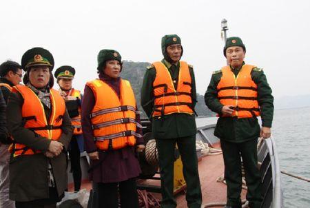 Quang Ninh: Tau nuoc ngoai boc chay nghi ngut tren vinh Bai Tu Long - Anh 2