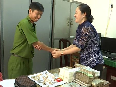 Sat Tet, trao tra tai san gan 600 trieu dong cho chu nha sach bi trom - Anh 1