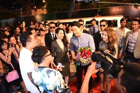 Tran Thanh dich than lai xe sang don fan di du tiec - Anh 5