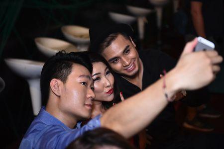 Tran Thanh dich than lai xe sang don fan di du tiec - Anh 7