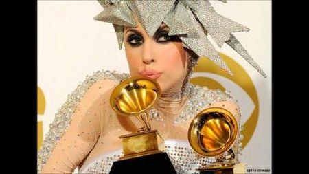 Grammy thay doi chuong trinh de Lady Gaga hat tuong niem David Bowie tai le trao giai - Anh 1