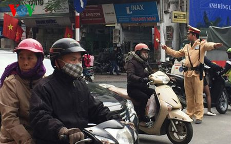 Canh sat giao thong Ha Noi xu ly xe du, ben coc dip Tet - Anh 2