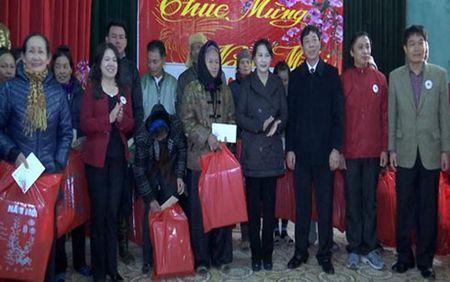 Pho Chu tich Quoc hoi Nguyen Thi Kim Ngan tang qua Tet tai Bac Giang - Anh 1