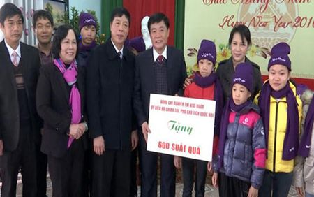 Pho Chu tich Quoc hoi Nguyen Thi Kim Ngan tang qua Tet tai Bac Giang - Anh 2