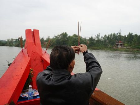 "Hang tram tau thuyen ""dua"" tren song Ban Thach lay loc dau nam - Anh 3"