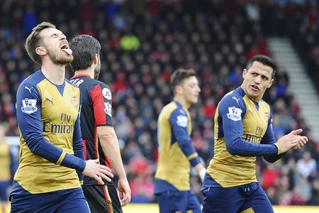 Oezil no sung, Arsenal lay ba diem trong 2 phut - Anh 10