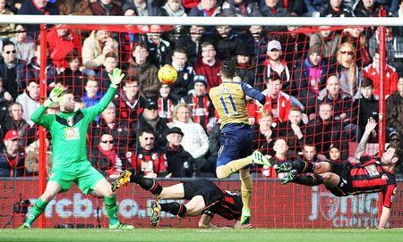 Oezil no sung, Arsenal lay ba diem trong 2 phut - Anh 5