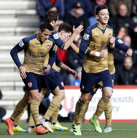Oezil no sung, Arsenal lay ba diem trong 2 phut - Anh 7