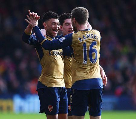 Oezil no sung, Arsenal lay ba diem trong 2 phut - Anh 9