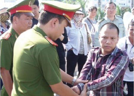 """Dai ta cong an ke chuyen """"di choi"""" voi dan anh chi ngay Tet - Anh 1"""