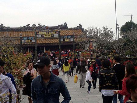 Thua Thien - Hue: Mung 1 Tet Binh Than, cac diem du lich tam linh dong kin khach - Anh 1