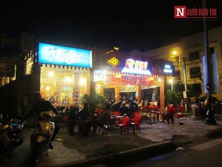 Cap vo chong di xe may ngan cay so ra an Tet tai Da Nang - Anh 10