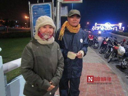 Cap vo chong di xe may ngan cay so ra an Tet tai Da Nang - Anh 5