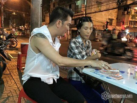 Dam Vinh Hung mua lien mot luc 600 to ve so vao dem giao thua - Anh 1