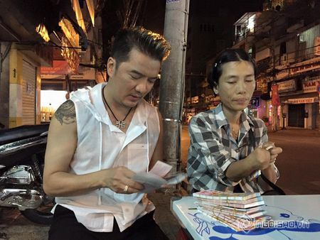 Dam Vinh Hung mua lien mot luc 600 to ve so vao dem giao thua - Anh 3