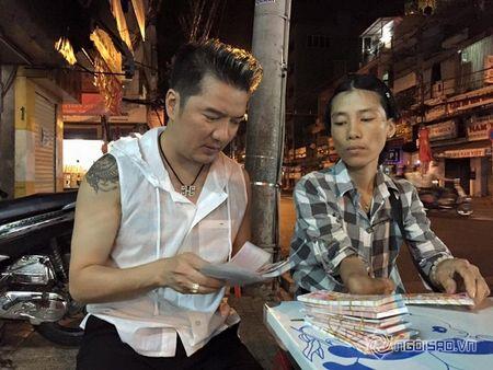 Dam Vinh Hung mua lien mot luc 600 to ve so vao dem giao thua - Anh 4
