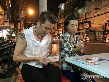 Dam Vinh Hung mua lien mot luc 600 to ve so vao dem giao thua - Anh 5