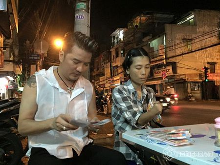 Dam Vinh Hung mua lien mot luc 600 to ve so vao dem giao thua - Anh 6