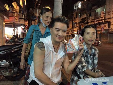 Dam Vinh Hung mua lien mot luc 600 to ve so vao dem giao thua - Anh 7