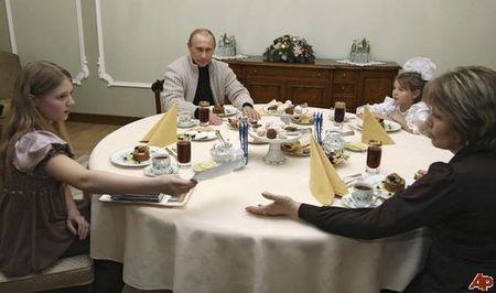 Putin len chuc, bao Nga bi phat nang vi tiet lo doi tu con gai tong thong - Anh 1