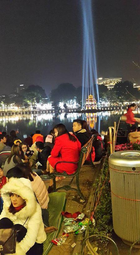 Nguoi dan Thu Do hao huc truoc gio ban phao hoa - Anh 1