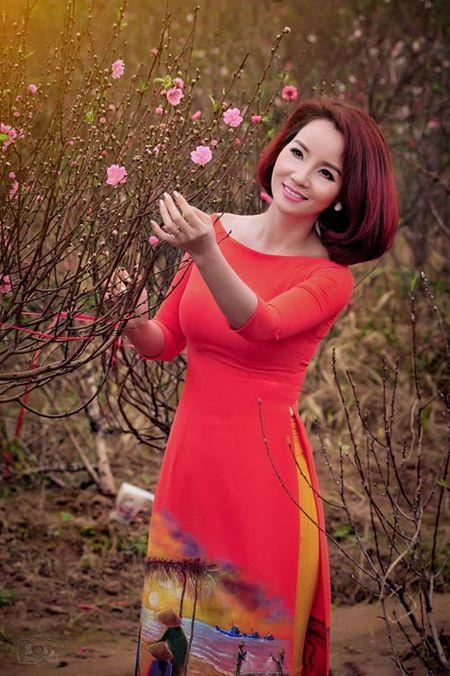 My nhan Viet 'xung xinh' ao dai don Tet - Anh 10