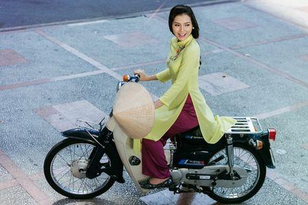 My nhan Viet 'xung xinh' ao dai don Tet - Anh 12