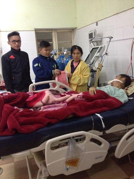 Nghe An: Tang qua va banh chung cho benh nhan don giao thua tai benh vien - Anh 3