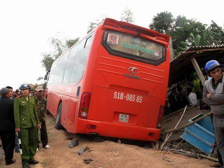 Xe khach Phuong Trang va cham xe may, hai nguoi chet - Anh 1
