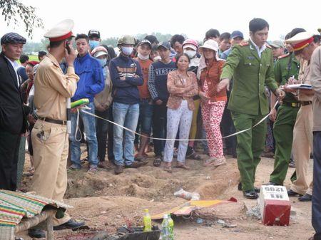 Xe khach Phuong Trang va cham xe may, hai nguoi chet - Anh 2