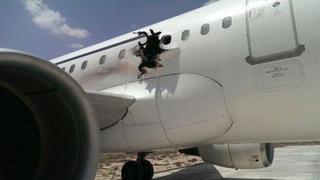Vu no lam thung may bay Somali: Bom cai trong laptop - Anh 1