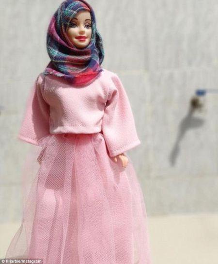 Anh: Ngam bup be Barbie bi an, quyen ru trong trang phuc Hoi giao - Anh 4