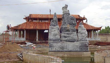 Hoai Linh xin duoc giu cong trinh den tho to - Anh 1