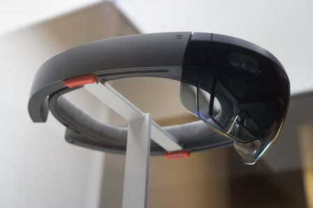 Microsoft sap phat hanh bo lap trinh cho kinh thuc te ao HoloLens - Anh 1