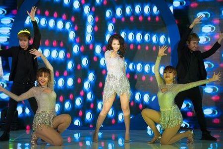 """Vo Ha Tram """"lot xac"""" sexy, khuay dong san khau - Anh 7"""