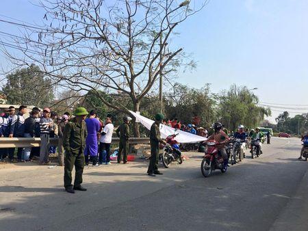 Di lam ve, 2 vo chong chet tham duoi banh xe tai - Anh 1